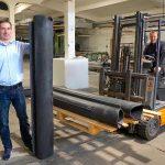 Fast 2 m hoch und fertig montiert rund 23 kg schwer sind die seitlichen Ausgleichswulste für Waggonübergänge, die aus flammfest ausgerüstetem NR/SBR hergestellt werden, wie Teguma-Chef Ronald Meyer demonstriert. (Foto: Bauer)