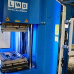 Mit der neu investierten LWB-Vertikal-Spritzgießmaschine werden vor allem dickwandige Komponenten für den Waggonbau und Gleisbaumaschinen hergestellt. (Foto: Bauer)
