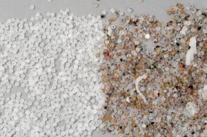 Durch den Einsatz des Inspektions- und Sortiersystems wird die Materialqualität bis zu 100 % verbessert; links: sauberstes Material nach der Sortierung, rechts: kontaminiertes Material vor der Sortierung. (Foto: Sikora)