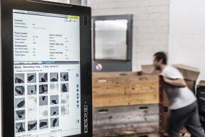 Prozessdaten mit Bildergalerie kontaminierter Pellets werden am Monitor übersichtlich angezeigt und ausgewertet. (Foto: Sikora)