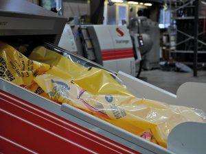 Verarbeitung hochbedruckter Folie auf der recoStar dynamic 145 C-Vac. (Foto: Starlinger)