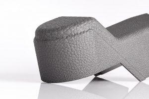 Auch die typischen Haptik- und Oberflächenvorgaben von Interieurteilen kann mit additiver erreicht werden. (Foto: Daimler Buses, EOS)
