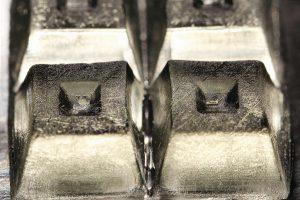 Die Stärke der kombinierten Verfahren zeigt sich, wenn kleine Präzisionsteile und massive Grundkörper zusammenkommen. (Foto: Fraunhofer ILT)