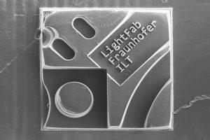 Mit der neuen Verfahrenskombination hergestellte feine Struktur (rund 400 x 400 µm), die auf einen massiven Grundkörper aufgebracht wurde. (Foto: Fraunhofer ILT)