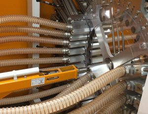 Zur Materialverteilung fahren die pneumatischen Schieber des Navigators die gewünschte Material- und die Maschinenleitung in der Mitte zusammen und verbinden sie für die Dauer des Materialtransports direkt miteinander. (Foto: Werner Koch)