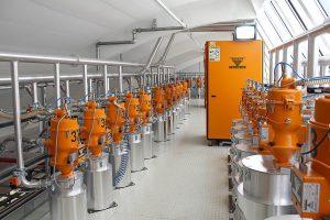 Die zentrale Anlage zur Granulattrocknung ist auf einer großzügigen Bühne installiert. Insgesamt drei Trockenlufttrockner vom Typ CKT versorgen 38 Trocknungsbehälter mit einer Trockenluftmenge von insgesamt bis zu 1.600 m³/h. (Foto: Werner Koch)