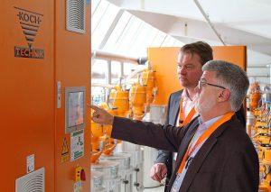 Die Trockner selbst können vor Ort über ein Touch-Panel überwacht und bedient werden. (Foto: Werner Koch)