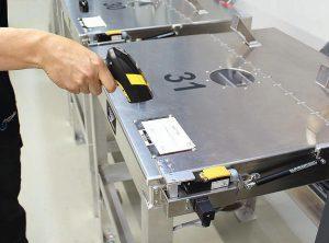 Vor dem Einfüllen des Granulats in einen der 26 Container wird zuerst der Code des Materials gescannt und dann der Barcode des Containers. Der Container öffnet sich erst, wenn die Daten übereinstimmen. (Foto: Werner Koch)