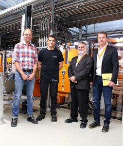 v.l.: Frank Breunig und Thorsten Köhler von P&G Braun mit Joachim Jost und Eugen Oster von Koch-Technik vor den Navigatoren der neuen Materialversorgungsanlage. (Foto: Werner Koch)