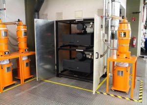 Die Vakuumpumpen für ein gleichbleibendes Permanentvakuum arbeiten frequenzgeregelt, was den Energieverbrauch senkt und die materialführenden Leitungen vor Verschleiß schützt. Sa3-Sicherheitsfilter reinigen vor dem Einsaugen die Luft von allen Fremdpartikeln die größer als 2 μm sind. (Foto: Werner Koch)