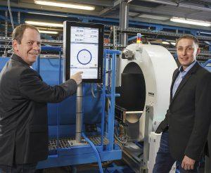 v.l.: Peter Hügen, Area Sales Manager bei Sikora, und Andre Richter, Teamleiter Technologie des Geschäftsbereiches Rohrleitungssysteme bei der Gerodur MPM Kunststoffverarbeitung. (Foto: Sikora)