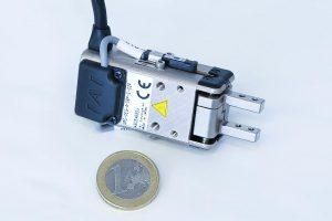 Der neue Kleinteilegreifer kann filigrane Teile sicher und energiesparend aufnehmen und bewegen. (Foto: IAI)