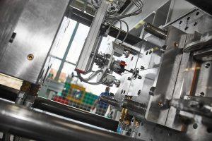 Mit dem Spritzgießtribometer lassen sich geeignete Werkzeugoberflächen für eine problemlose Entformung testen. (Foto: KIMW)