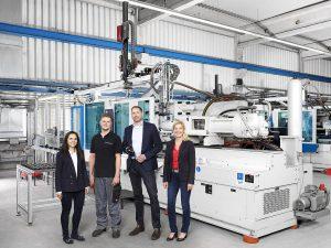 Das Projektteam für die erfolgreiche Integration von APC plus in der Duroplast-Großserie (v.l.): Nicolina Topic (KraussMaffei), Linus Schneider und Jan Hirz (beide Baumgarten) sowie Cordula Wieland (KraussMaffei). (Foto: KraussMaffei)