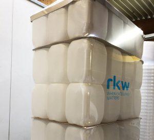 Die neue Schrumpffolie von RKW passt sich bereits vor dem Schrumpfvorgang der Palette an und schrumpft deutlich schneller als herkömmliche Folien. (Foto: RKW)