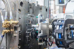 Über die Einrichtung simultan ablaufender Prozessschritte konnten 10 bis 20 % an der Werkzeug-Öffnungszeit eingespart werden. (Foto: Hekuma)