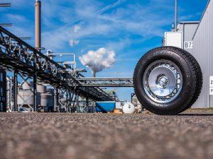 Erste Tests von Reifen mit dem naturidentischen, biomimetischen Synthesekautschuk BISYKA zeigen, dass diese etwa 30 bis 50 % weniger Abrieb im Vergleich zu Naturkautschukreifen erzeugen. (Foto: Till Budde/Fraunhofer IAP)
