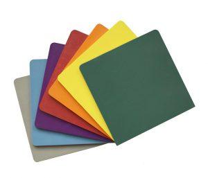Musterplättchen aus PPS in sieben Standard-Farben. (Foto: Lifocolor)
