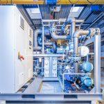 Auch und gerade mit alternativen Kältemitteln – im Bild eine Propan-Kälteanlage – lässt sich eine hoch effiziente Kälteerzeugung für Prozesse der Kunststoffverarbeitung realisieren. (Foto: L&R Kältetechnik)