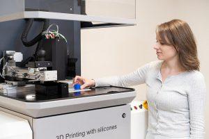 Das Aceo Open Print Lab in den USA verfügt über zwei 3D-Drucker, die Silicone nahezu beliebiger Härte und in jeder nur erdenklichen Farbe drucken können. (Foto: Wacker)