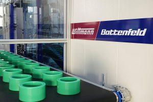 …und Ablage der Muffen mit dem Wittmann-Roboter W843 pro. (Fotos: Aquatherm)