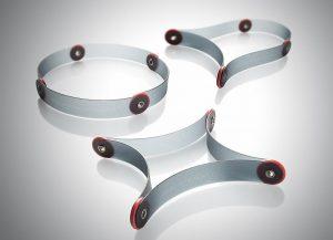 Der faltbare Topfuntersetzer Krempel besteht aus vier biegsamen, flachen Kunststoffstreifen, die durch Nietengelenke miteinander verbunden sind. (Foto: BASF)