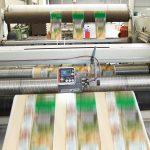 Im Rollenschneider ist besonders hohe Präzision gefordert. Diese stellt ein Linien- und Kontrastsensor CLS Pro 600 von BST eltromat sicher. (Foto: BST eltromat)