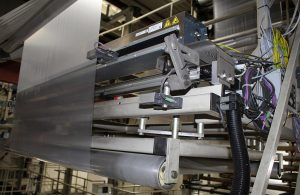 Das neue Fühlerverstellgerät FVG POS 100 wurde von BST eltromat in erster Linie für breite Materialbahnen entwickelt. Mit seinen motorisch verstellbaren Sensoren arbeitet es im Prinzip wie ein Weitbereichssensor. (Foto: BST eltromat)