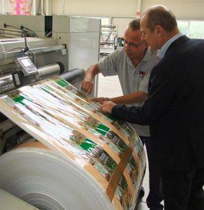 Peter Schubert, Technischer Leiter bei Heukäufer Folien, und Kai Prahl von BST eltromat sind im ständigen Gespräch, wie der Hersteller flexibler Verpackungen seine Prozesse weiter optimieren kann. (Foto: BST eltromat)