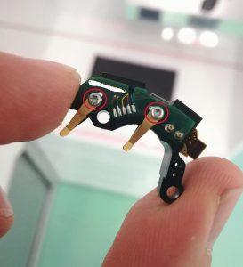 Die Mikroschrauben Delta PT im Soundprozessor eines Cochlea-Implantates sorgen für die Direktverschraubung der Platine mit Batteriekontaktfedern auf einen Kunststoffträger. (Foto: Ejot)