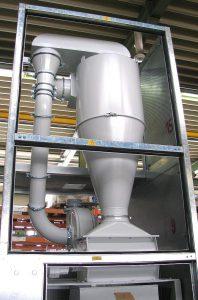 Dem Trichter der Mühle ist ein Zyklon vorgeschaltet, der die Fehlteile aus dem Thermoforming vom Luftstrom trennt und über eine Zellenradschleuse dem Mahlraum zuführt. (Foto: Getecha)