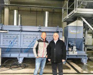 Jörg Schneeberger (l.), leitender Geschäftsführer von WKR Walter und Karlheinz Herbold, Geschäftsführer Herbold Meckesheim, vor der Zentrifuge der neuen Waschanlage. (Foto: Herbold)