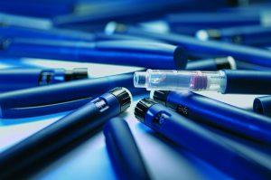 Bei Medizinprodukten wie Insulinpens kommt die Technologie von Kistler gleich mehrfach zum Einsatz: maXYmos misst die Kraft der im Pen integrierten Feder, während ComoNeo Kunststoffelemente des Produkts im Spritzgießprozess prüft. (Foto: Kistler)