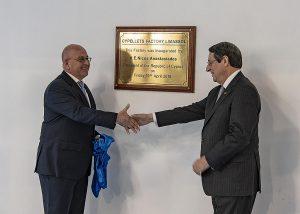 Christos Poullaides (l.), Vorsitzender von PCC, und der zypriotische Präsident Nikos Anastasiadis (r.) bei der Eröffnung der ersten Turn-Key Kunststoff-Recyclinganlage auf Zypern. (Foto: Lindner)