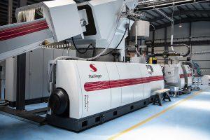 Die Recyclinganlage recoSTAR dynamic 145 C-VAC von Starlinger recycling technology produziert etwa eine Tonne erstklassiges Regranulat pro Stunde. (Foto: Starlinger)