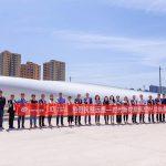 Das gemeinsame Team von Covestro und seinen Partnern freut sich über die erste kommerzielle Nutzung von Polyurethanharz für die Herstellung von Windrotorblättern in China. (Foto: Covestro)