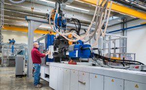 Die neue 3K-Spritzgießmaschine eröffnet C. Hübner neue Möglichkeiten. (Foto: C. Hübner)