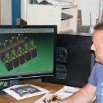 Frank Heitsiek ist bei Lindecke für das Drahterodieren auf der Mitsubishi MV2400R verantwortlich. Die 4-achsigen NC-Programme werden mit VISI PEPS-Wire vom importierten 3D-Modell der Werkzeugkonstruktion abgeleitet. (Foto: Mecadat/Bernd Lindecke Werkzeugbau)