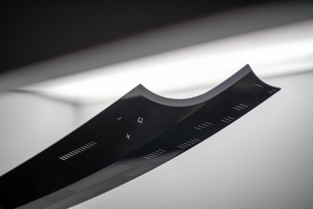 Hinterspritzte Türleiste im Tag-Nacht-Design (Foto: Inotec, Manching)