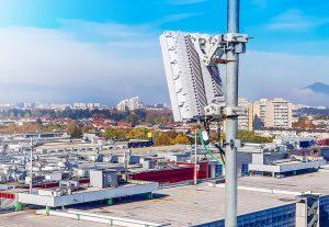 Mit dem Kunststoffadditiv Tinuvin 360 können 5G-Basisstationen im Außenbereich Witterungseinflüssen und Abnutzung durch intensives Sonnenlicht standhalten. (Foto: BASF)