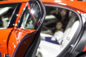 Die neuen TPVs eignen sich wegen der verbesserten EPDM-Haftung und Gleiteigenschaften für Eckformdichtungen an Fahrzeugschließteilen. (Foto: DuPont)