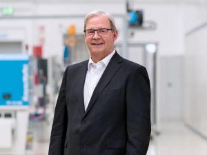 """Hans-Ulrich Golz: """"Unter der gemeinsamen starken Marke KraussMaffei bündeln wir unsere Spritzgieß-Kompetenzen und werden zukünftig mehr denn je die Entwicklung in der Spritzgießwelt vorantreiben."""" (Foto: KraussMaffei)"""
