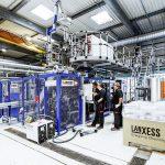 Im Technikum in Dormagen steht eine neue Extrusionsblasformmaschine KBS20-SB von Kautex. (Foto: Lanxess)