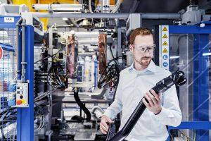 Zur neuen Blasformanlage gehört ein Werkzeug, auf dem u. a. Reinluft- und Ladeluftleitungen hergestellt werden können. (Foto: Lanxess)