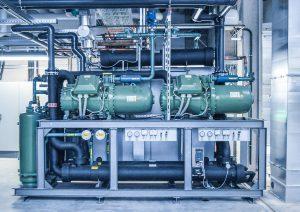 L&R projektierte für Spies insgesamt vier 300 kW-Kälteanlagen der Serie Ecopro 2.0 für die Werkzeug- und eine 470 kW-Anlage für die Hydraulikkühlung. Alle Anlagen sind mit dem HFO-Blend R 513 A befüllt. (Foto: L&R)