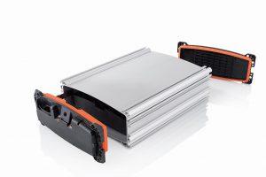 Zuverlässiges Abdichten mit 2K und LSR – ideal für Bauteile mit hohen Dichtigkeits- und Temperaturanforderungen wie diesen Zellhalter aus dem Bereich der E-Mobilität. (Foto: Pöppelmann)