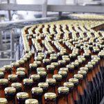 Die Dichtungen von Trelleborg Sealing Solutions sorgen dafür, dass das Bier auf sichere und hygienische Weise in Flaschen, Dosen oder Fässer gelangt. (Foto: Trelleborg)