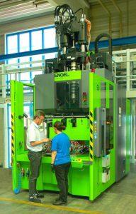 Blick in die Produktion mit der neuen Vertikal-Spritzgießmaschine mit Rundteller. (Foto: Weiss)