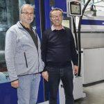 v.l.n.r.: Andreas Schürrle, Inhaber und Geschäftsführer der Karl Etzel GmbH mit Erwin Neugebauer, Vertrieb Wittmann Battenfeld Deutschland. (Foto: Wittmann Battenfeld)