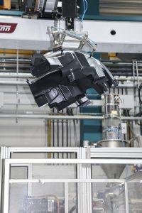 Entnahme und Ablage einer Radlaufschale mit einem Roboter WX173 von Wittmann. (Foto: Wittmann Battenfeld)